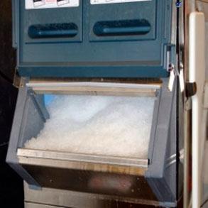 ¿Cómo limpiar la máquina de hielo de tu bar?