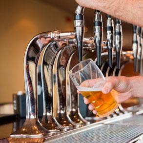 Técnicas para servir cerveza