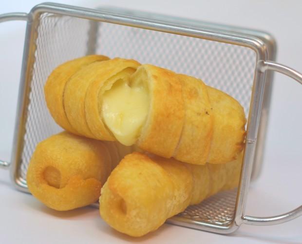 Tequeños de queso. Tequeño de masa clásica relleno de queso