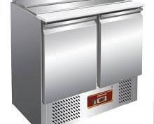 Mesas Frías.Puerta con cierre automático y guarnición magnética
