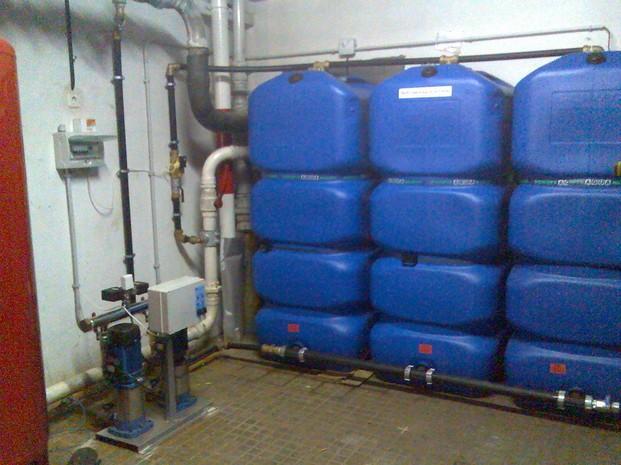 Fontaneros.Instalación de grupos de presión y acumulación de agua.