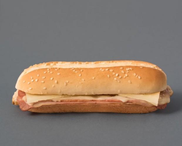 Bocadillo de bacon y queso. Nuestro bocadillo con pan especial