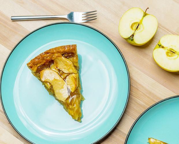 Apple cake. Nuestra tarta de manzana en exclusiva está elaborada con una base de masa quebrada, recubierta con una generosa capa de manzana caramelizada con canela