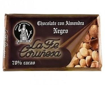 Chocolate negro con almendras. Una delicia para el paladar.