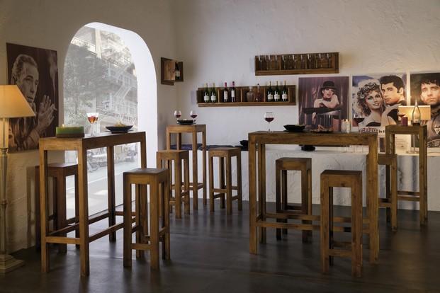 Ambiente Bar. Mesas altas y taburetes