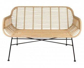 Banco con respaldo Monti. stilo étnico y tropical, fabricado con varillas de acero en un acabado en color negro y asiento de rattan sintético