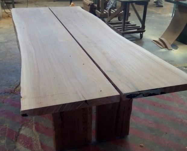 Mesa. Mesa de diseño cantos naturales