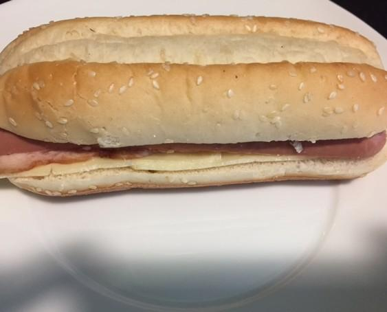 Bocadillos. Bocadillos del Día. Perrito caliente en pan con bacon