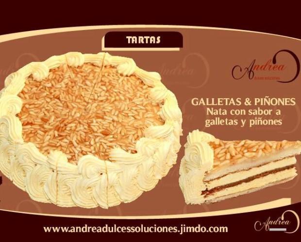 Galleta y piñones. Tarta de nata al toque suave de galleta con piñones y crema inglesa.