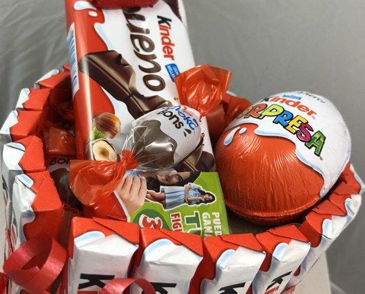 Chocolate. Chocolatinas. Cesta con forma de corazón de productos kinder, sencilla, pequeño detalle dulce dulce