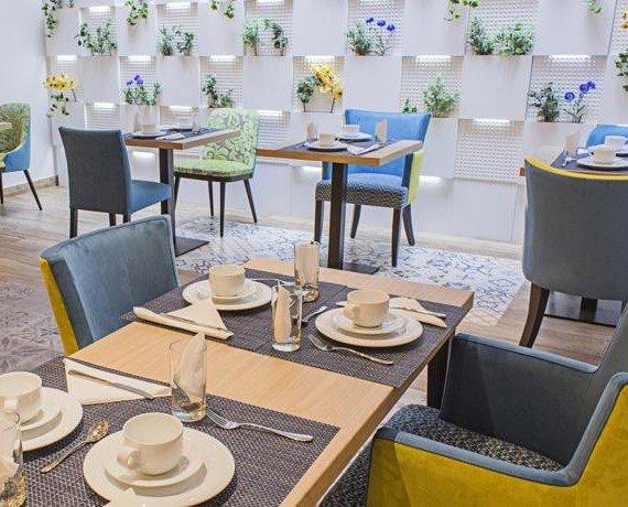 Restaurante BCN. Revestimiento de pared en madera con luz integrada y jardines verticales.