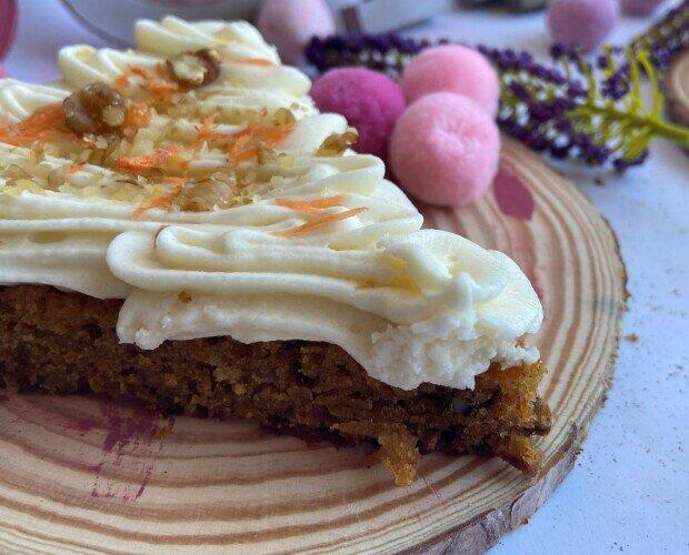 Tarta de Zanahoria. Muy sana y deliciosa, con nueces y decorada con glaseado estrella.