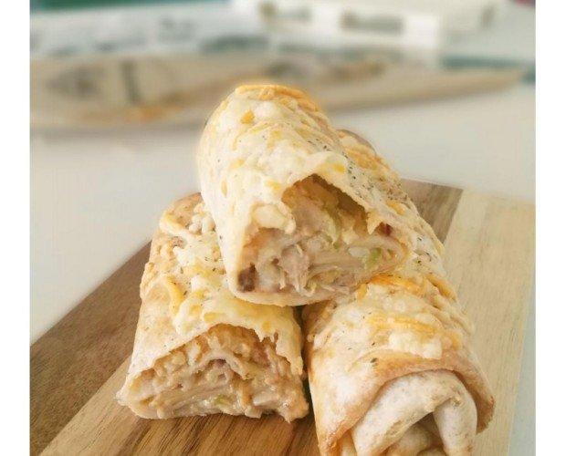 Donerito de Pollo. Tortita de trigo enrrollada y rellena con finas láminas de carne de pollo cocinada en asadaor vertical