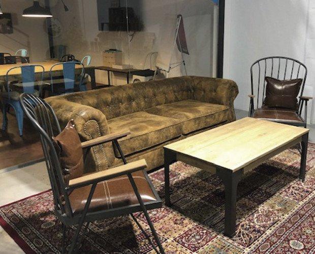 Oficina vintage. Mesa de centro y sofá vintage para oficina