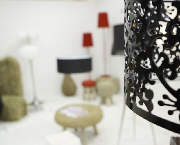 Ambiente exposición. Taburetes y lámparas en exposición