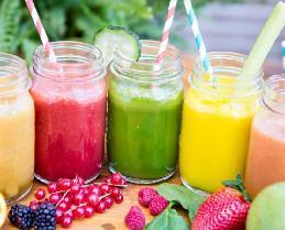 Variedad de zumos. Fruta natural