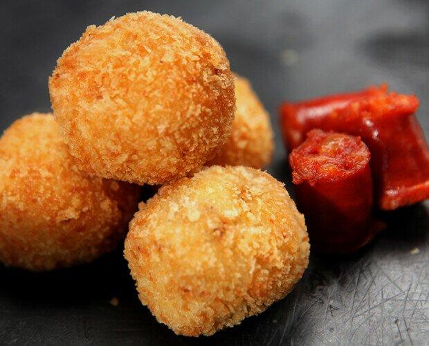 Croquetas de Chorizo Ibérico. Croquetas con un agradable sabor intenso. Muy aclamas por nuestros clientes.