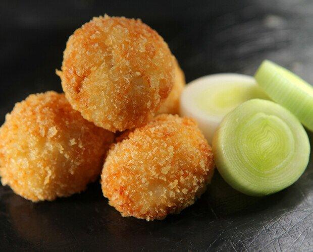 Croquetas de Puerros Confitados. Croquetas muy aclamadas por su sorprendente sabor vegetal.