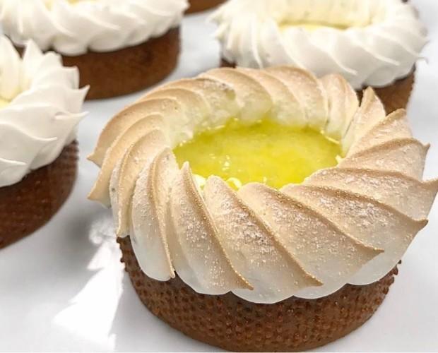 Tartaleta de limón. Esta hecha de limón y chocolate blanco sobre una base crujiente de masa sable.