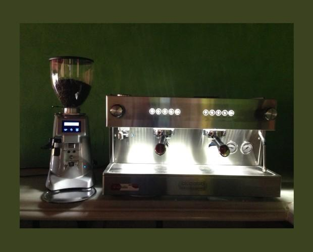 Cafetera y molinillo. Maquinaria para el café