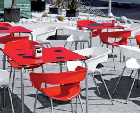 Terraza. Mesas y sillas