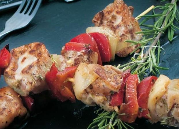 Elaborados Cárnicos. Pinchos. Brocheta de pollo con pimiento rojo y cebolla