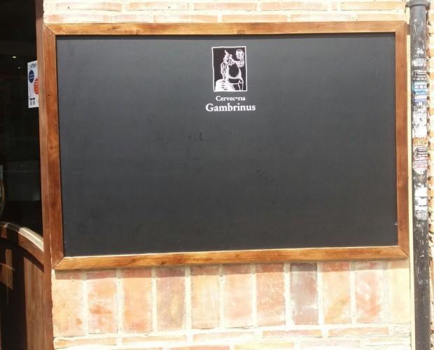 Cartelería.Panel pizarra de 130 x 90 cm con marco de madera y rotulación personalizada