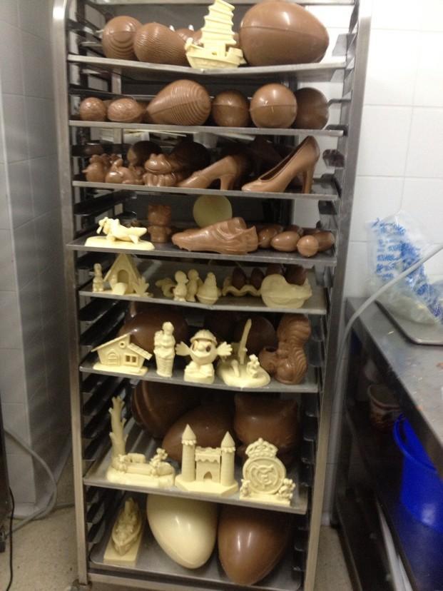 Figuras de chocolate. Surtido de figuras y huevos de chocolate.