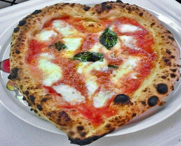 Margherita al estilo napolitano. Prueba nuestras harinas, mozzarella y tomates y tendrás un resultado excelente