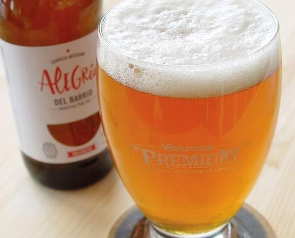Cerveza Alegría. Apariencia muy limpia con un color rubio anaranjado