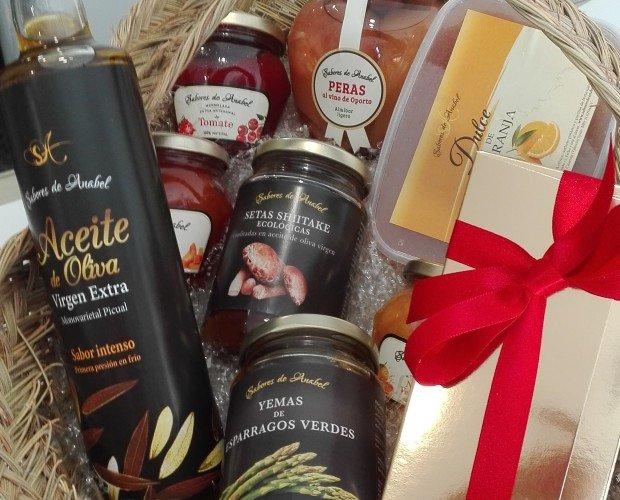 Cesta productos gourmet. cesta de esparto con producto gourmet arteanos