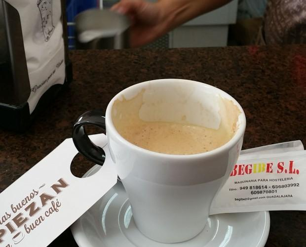 Buenos días. Apetece este café mirar la marca de la taza