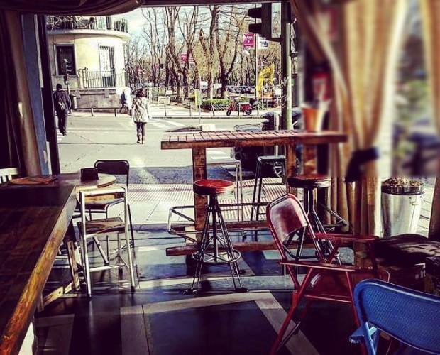 Decoración del restaurante en Rosal. Zona de fachada abierta a calle
