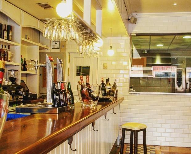 Decoración del restaurante Verde Oliva. Cocina vista desde la zona de barra