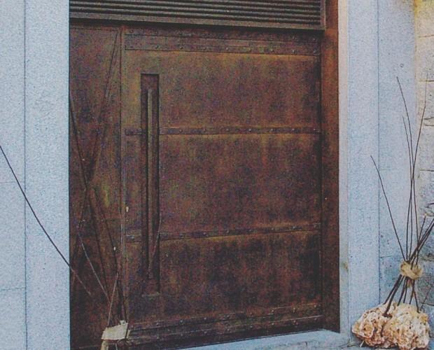 Puerta de entrada del restaurante Montia. Reformamos todo su local