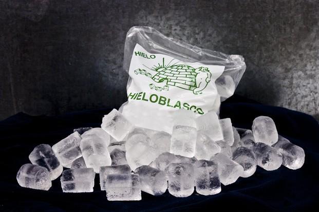 Hielo en cubitos. Bolsas de 2 kg de hielo en cubitos