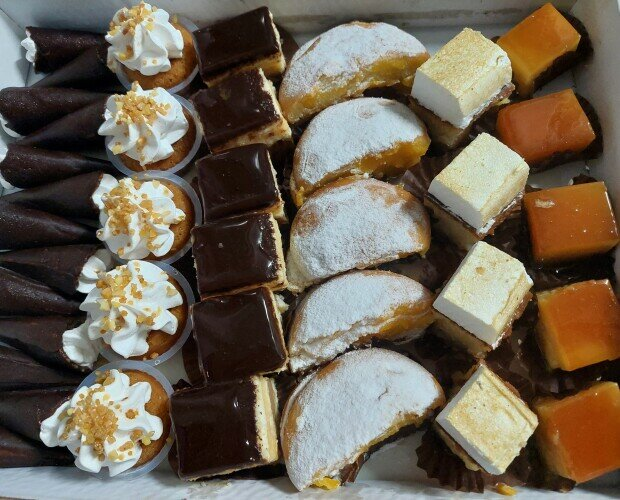 Tartas.Exquisita caja con dulces seleccionados