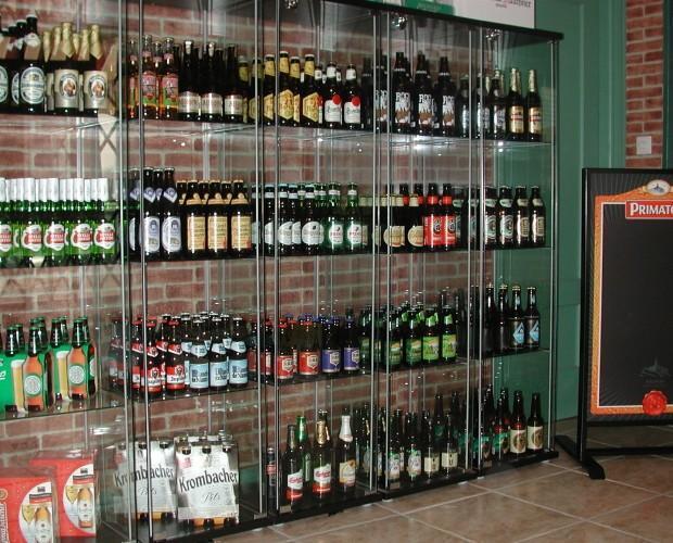 Exposición cerveza. Sala de exposición de cervezas de importación.