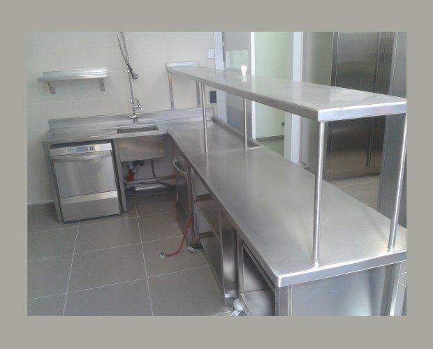 Mesa de trabajo a medida. Fabricado en acero inoxidable