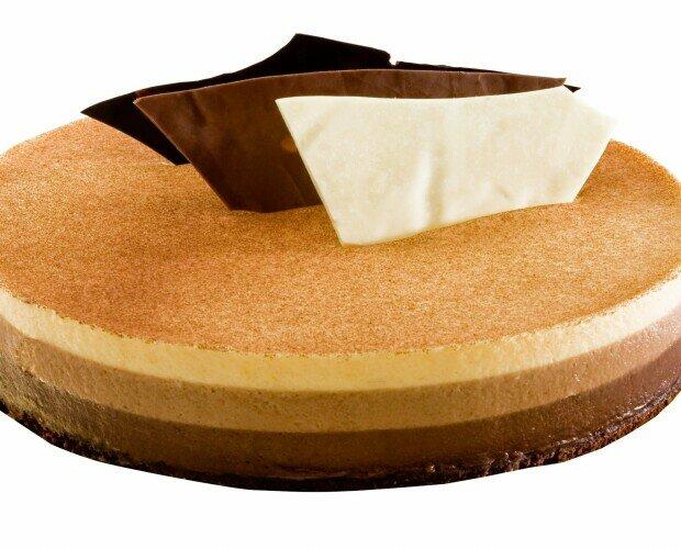 Tartas.Base de bizcocho de chocolate y almendras con mouse de tres chocolates