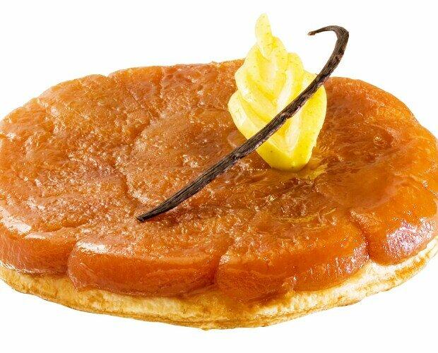 Tatin . Base de hojaldre y manzanas caramelizadas con mantequilla y azúcar.