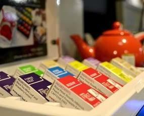 Linea blanca en piramides. En la Linea Blanca de FIRSTTEA, el té se embala individualmente en estuche piramidal, asegurando el máximo sabor e higiene