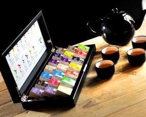 Té en piramides. 15 sabores de té en pirámides en una presentación muy cuidada, con caja de madera como expositora.