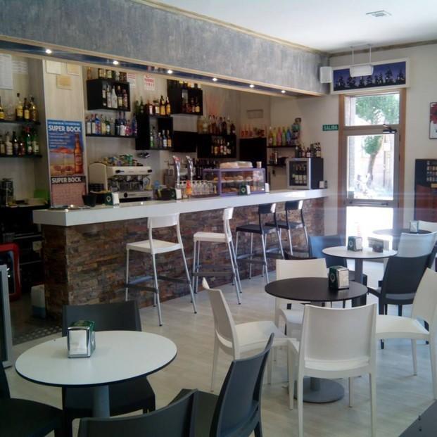 Cafetería Cisne. Equipamiento interior con las mesas altas para el exterior