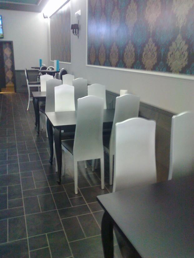 Taburetes.Equipada con mesas altas y bajas, sillas  y taburetes