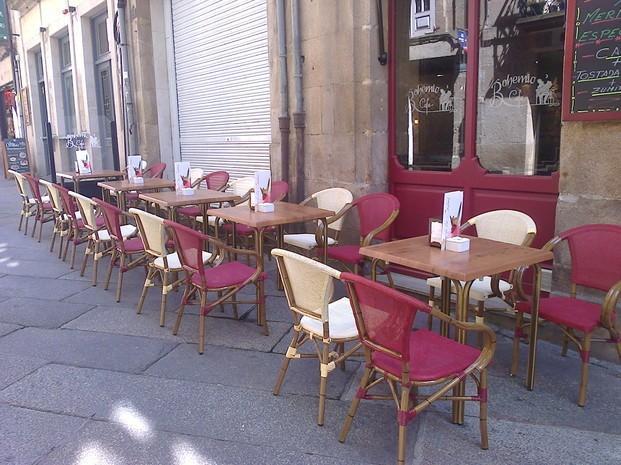 Cafetería Bohemio. Terraza estilo parisino, con mesas y sillas