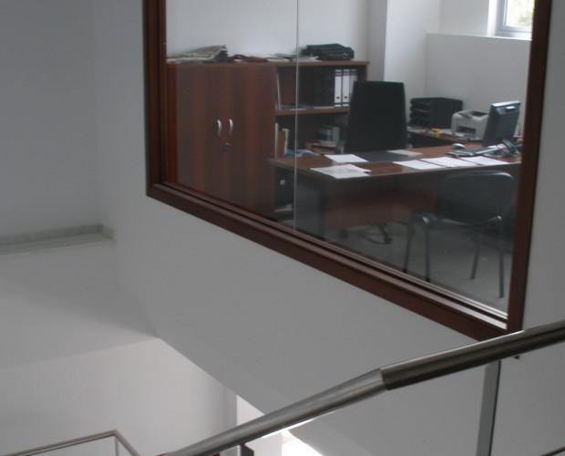 Oficinas. Despacho visto desde la escalera