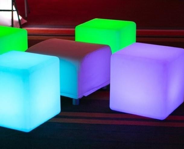 Mobiliario Iluminado para Bares. Cubos Iluminados para Bares. Mesa o puff con luz en forma de cubo. Multifunción.